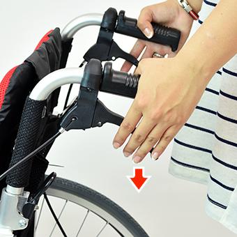 車椅子の介助ブレーキバーを離す