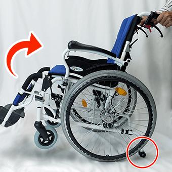 転倒防止バーで車椅子の後方転倒防止