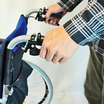 車椅子の介助用ブレーキをかける