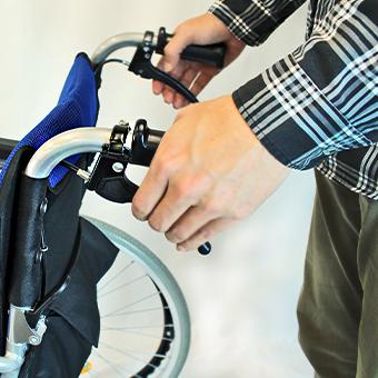 車椅子の介助用ブレーキを解除
