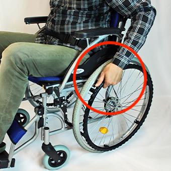 自走式車椅子の後輪を動かすハンドリム
