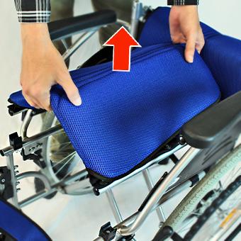車椅子座シートの中央持ち上げ